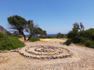 labirynt z kamieni na szlaku do plaży lissos