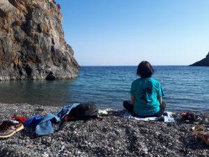 ja medytuję na plaży agiofaraggo