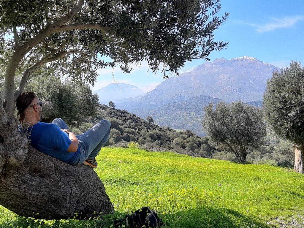marek leży na oliwce i patrzy na góry