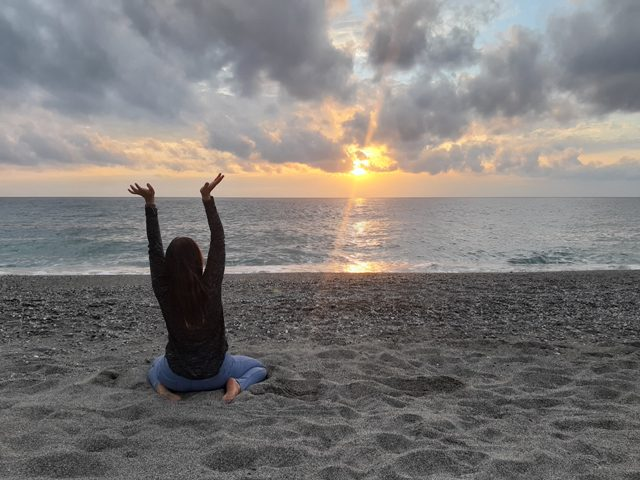 ja na plaży przy zachodzie słońca