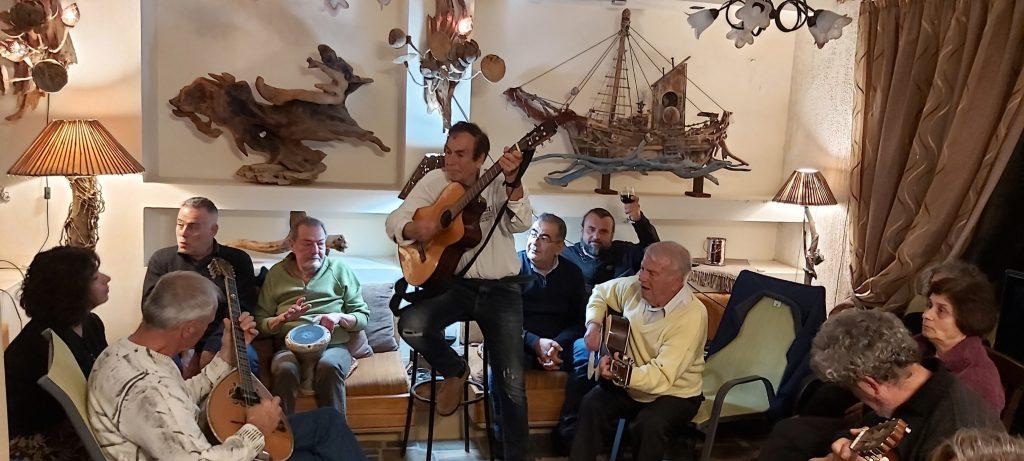 zabawa grupa mężczyzna śpiewa i gra