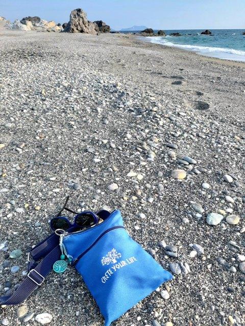 torebka CreteYourLife na plaży za Ligres