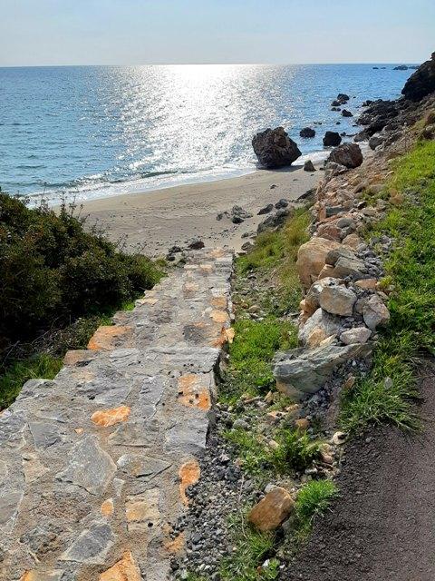 schodki na pustą plażę