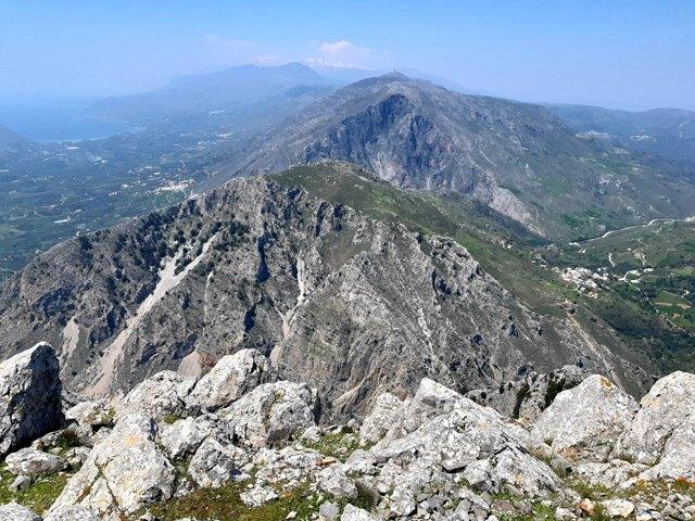 widok ze szczytu na wąwozy i góry
