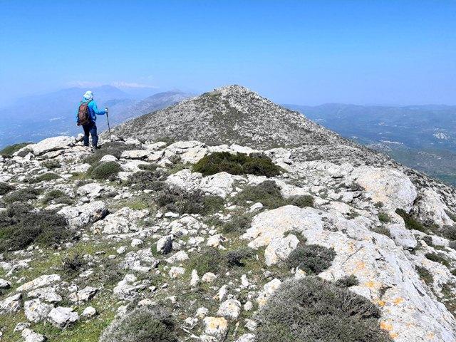 samotna postać w górach