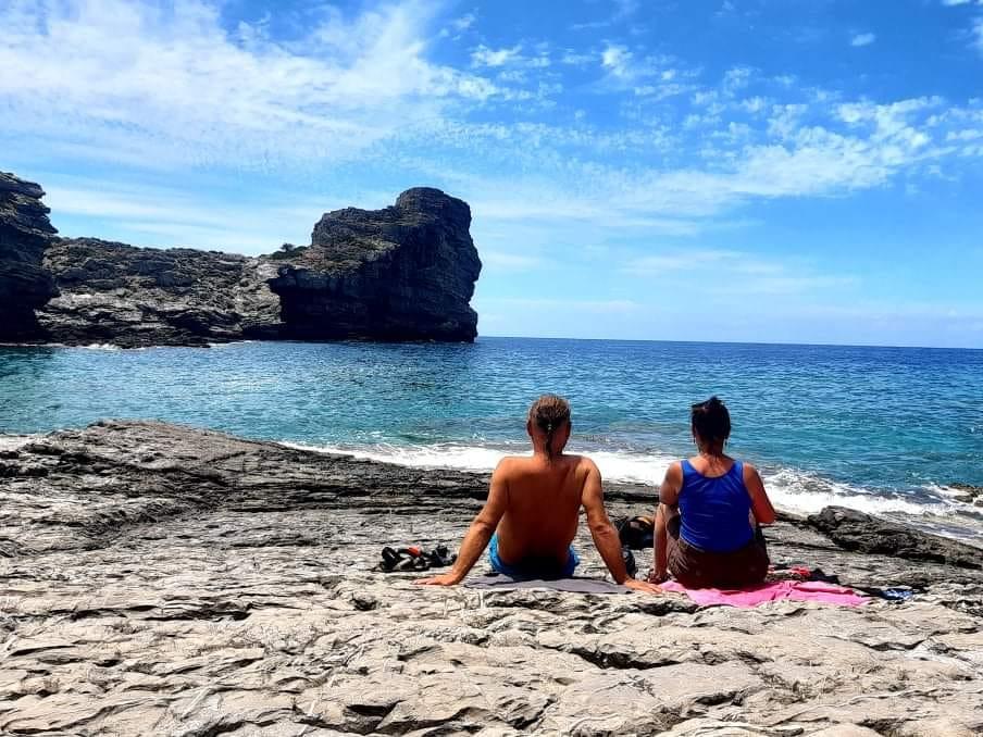 kobieta i mężczyzna na kamienistej plaży