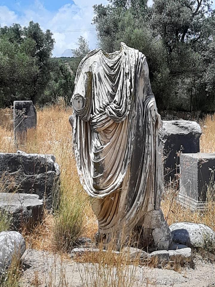 posąg rymski bez głowy
