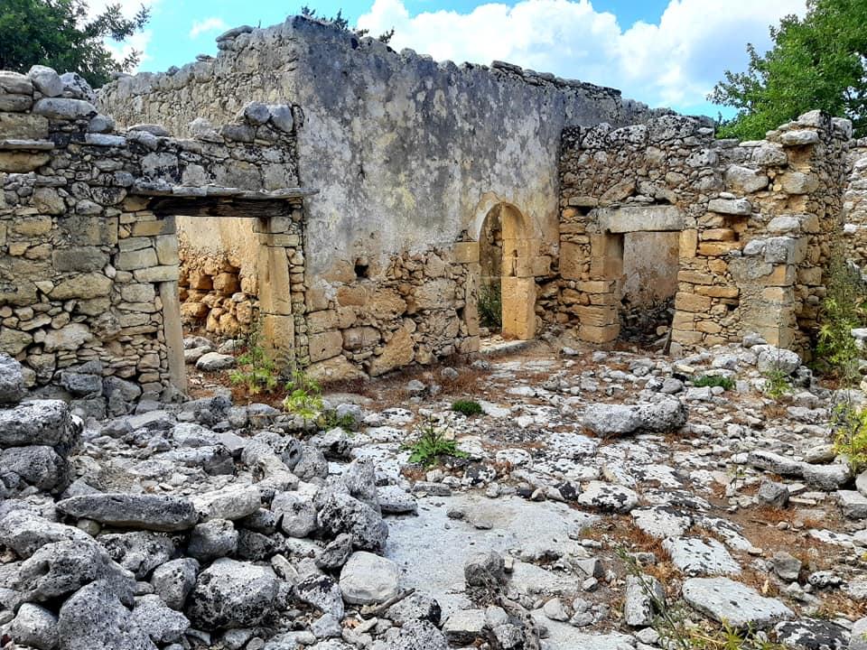 ruiny kamiennych domów