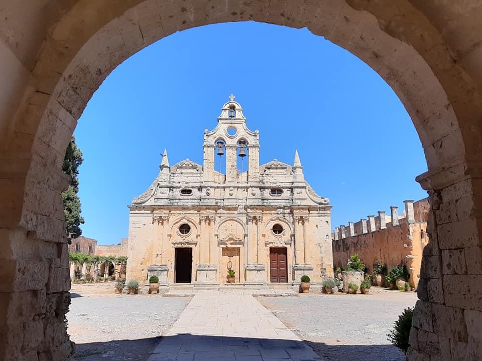 widok klasztoru arkadi z bramy